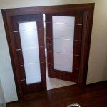 МонтирМонтирана портална врата Дискавъри Classen удобно стъпила върху готовите настилкиана портална врата Дискавъри Classen орех