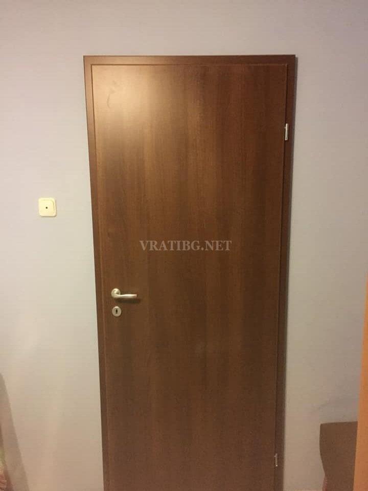 Монтирана врата Century Classen орех с каса Смок без къртене