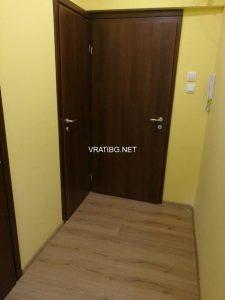 Монтирана врата Сентчъри 1 орех на килер и на входа като допълнителна втора врата